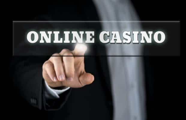 mand-peger-paa-overskriften-online-casino